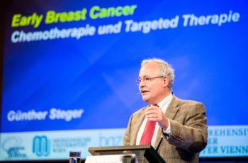 ABCSG-Vorstandsmitglied Univ.-Prof. Dr. Günther Steger selektiert Daten für Take-Home-Messages.