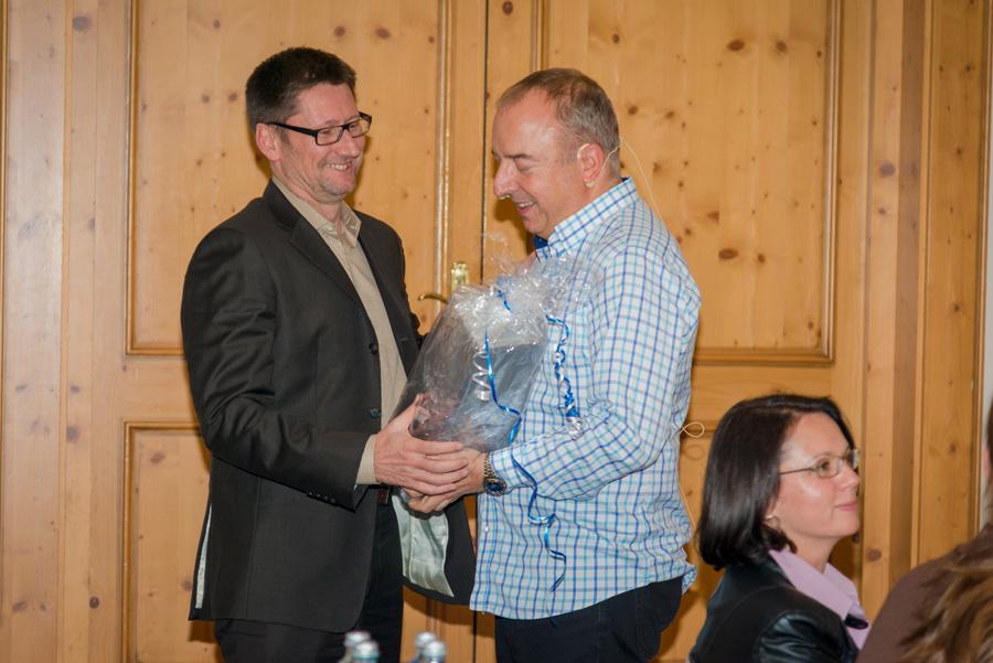 Schon 10 Jahre bei der ABCSG: Präsident Univ.-Prof. Dr. Michael Gnant gratuliert dem Trial Office Director Mag. Hannes Fohler.