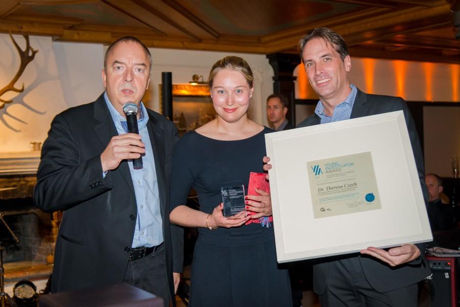 Verleihung des Young Investigator Award 2014: ABCSG-Präsident Univ.-Prof. Dr. Michael Gnant, Preisträgerin Dr. Theresa Czech und OA Priv.-Doz. Dr. Michael Hubalek (v.l.n.r.).