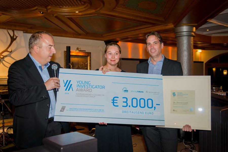 Der Young Investigator Award 2014 wandert zusammen mit einem Riesenscheck nach Innsbruck: ABCSG-Präsident Univ.-Prof. Dr. Michael Gnant, Dr. Theresa Czech und OA Priv.-Doz. Dr. Michael Hubalek (v.l.n.r.).