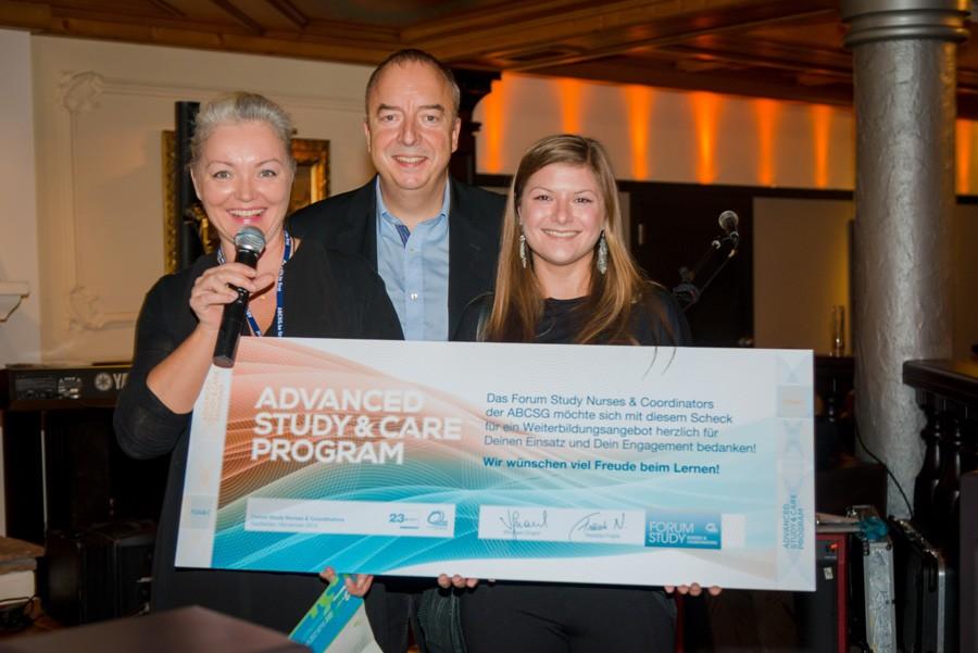 Der erste Weiterbildungsscheck geht nach Graz: Study Coordinator Angelika Boandl, MSc (rechts) freut sich gemeinsam mit ABCSG-Präsident Univ.-Prof. Dr. Michael Gnant und DGKS Natalija Frank, MPH.