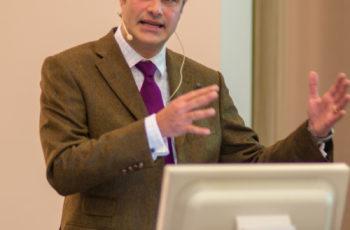 ABCSG-Vorstandsmitglied Univ.-Prof. Dr. Christian Singer leitet die Vortragsserie über ABCSG-34 ein
