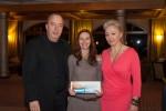 Univ.-Prof. Dr. Michael Gnant und Natalija Frank gratulieren der Preisträgerin Mag. Carmen Albertini