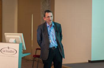 Univ.-Prof. Dr. Felix Sedlmayer klärt auf, dass es in der letzten Zeit in keiner Studie zu einer erhöhten kardialen Mortalität durch Bestrahlung kam