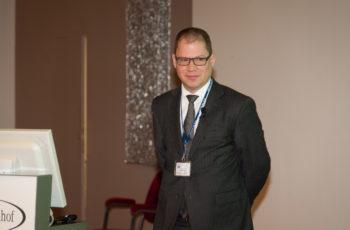 ABCSG-Vorstandsmitglied Ass.-Prof. Priv.-Doz. Rupert Bartsch in seinem punktgenauen Vortrag über die Chemotherapie. Fazit: Zahlreiche Fragen sind offen und weitere klinische Studien nötig