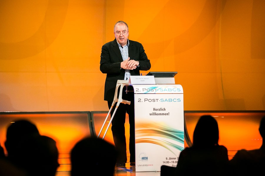 Moderator mit Krücken: ABCSG-Präsident Univ.-Prof. Dr. Michael Gnant.