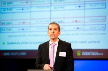 Dr. Simon Gampenrieder fasst Daten zu Biomarkern und triple-negativem Brustkrebs zusammen.