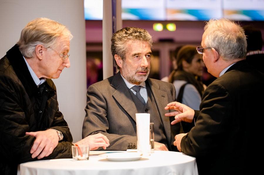 Auch Zeit für ernste Diskussionen: ABCSG-Präsidiumsmitglied Prim. Univ.-Doz. Dr. Michael Fridrik (Mitte) im Gespräch mit Univ.-Prof. Dr. Günther Steger.