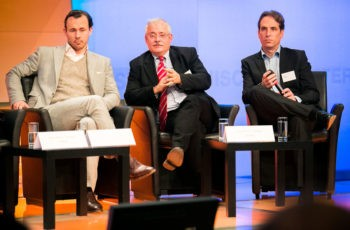"""… und """"Zentrumskollege"""" Univ.-Prof. Dr. Günther Steger versucht, seinen Standpunkt zu vermitteln (hier mit Univ.-Prof. Dr. Florian Fitzal und OA Priv.-Doz. Dr. Michael Hubalek)."""