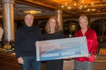 Univ.-Prof. Dr. Michael Gnant und DGKS Natalija Frank, MPH gratulieren der verdienten Preisträgerin Stefanie Rothe, MBA (Mitte).