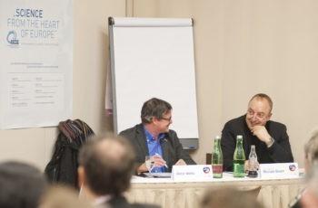 Gute Stimmung am Präsidiumstisch: Dr. Viktor Wette und Univ.-Prof. Dr. Michael Gnant (v.l.n.r.).