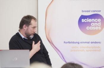 Erster Referent des Abends: OA Dr. Frank Tuttlies, der seine Therapiestrategie mit Studiendaten umfassend argumentieren konnte.