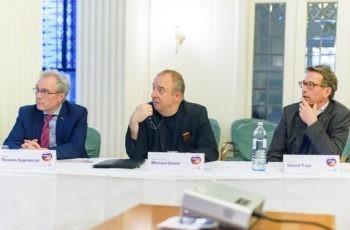 Auch die Vorsitzenden studierten den Fall konzentriert.