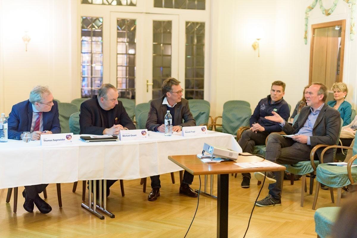 Gleich beim ersten Fall kam es zu einer intensiven Diskussion. Auch Referent Dr. Wolfgang Halbritter (rechts) hatte Fragen.