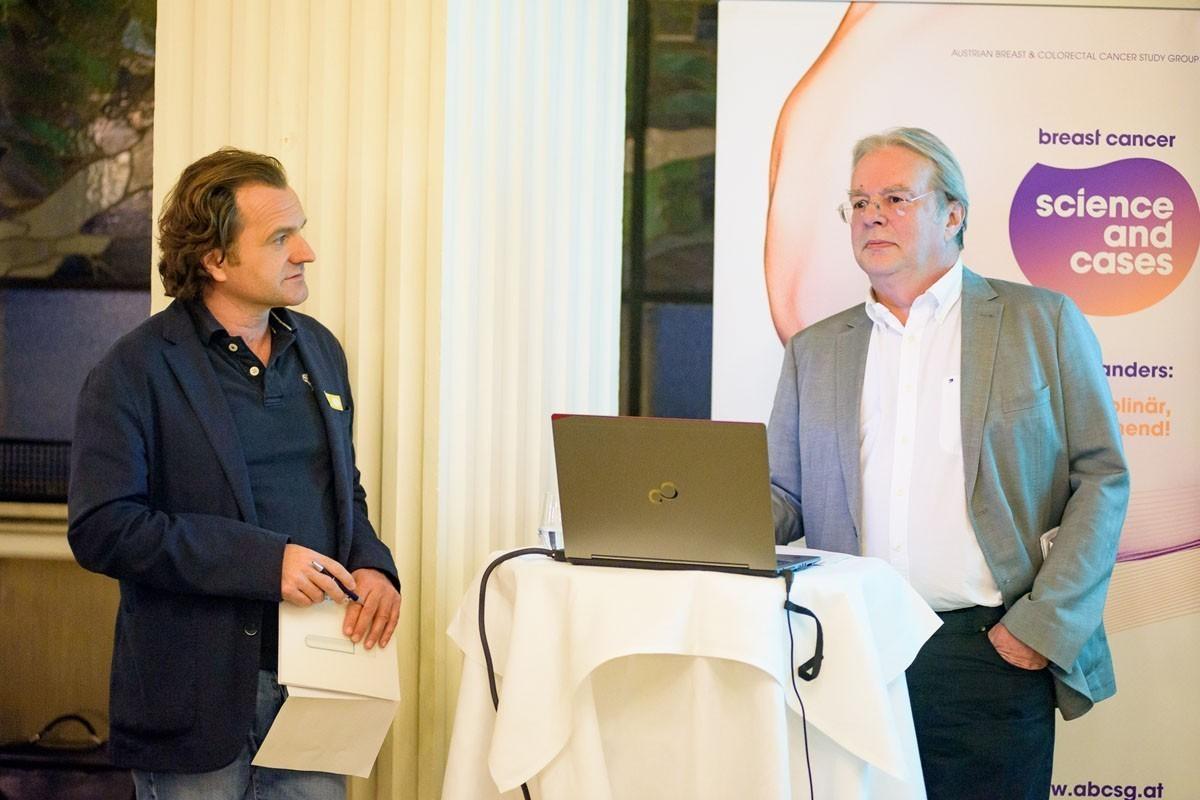 Dr. Ulrich Schmidbauer (links), ebenfalls extra aus Wien angereist, präsentierte als Gruppensprecher die Ergebnisse der gelben Gruppe.