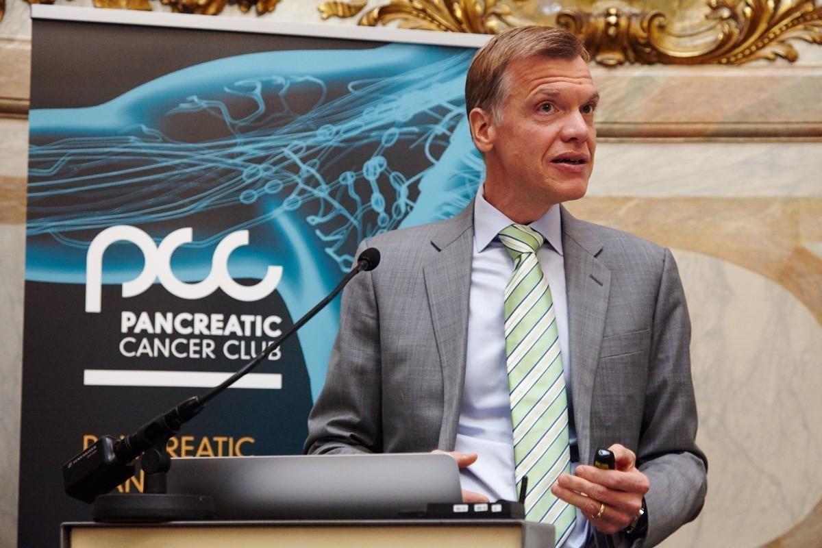 Univ.-Prof. Dr. Martin Schindl erläutert Möglichkeiten der chirurgischen Therapie ..