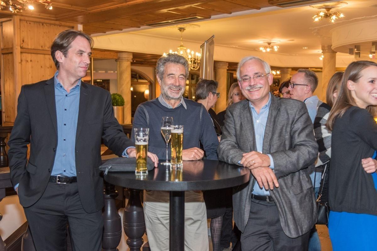Haben nach zahlreichen interessanten Vorträgen einen entspannten Abend redlich verdient: Michael Hubalek, Michael Fridrik und Günther Steger (v.l.n.r.).