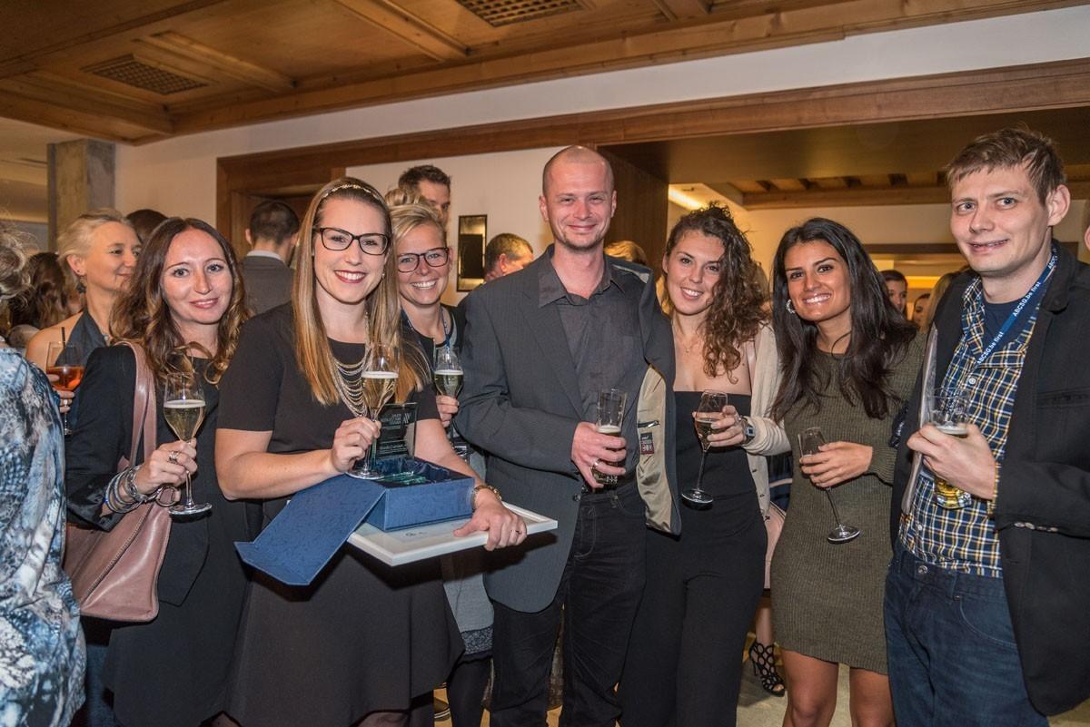 Das Innsbrucker Team feiert die würdige Preisträgerin des Young Investigator Awards – Valeria Colleselli.