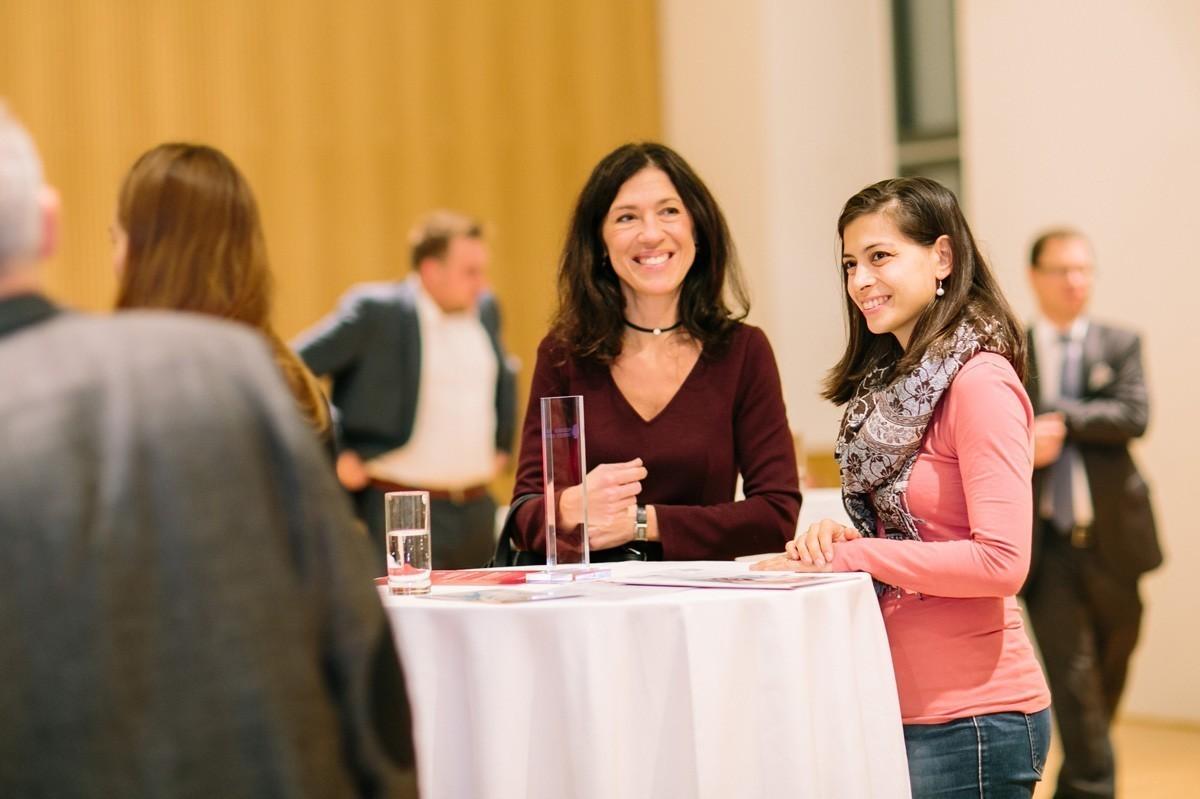 Gute Stimmung beim Empfang: ABCSG-Vizepräsidentin Marija Balic mit ihrer jungen Kollegin Dr. Hannah Deborah Müller.