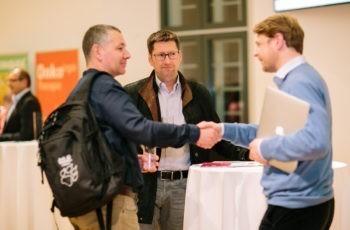 ABCSG-Chefstatistiker Christian Fesl (links) und Georg Pfeiler begrüßen sich unter dem aufmerksamen Blick von Trial Office Director Hannes Fohler.