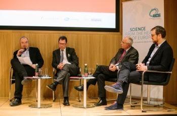 … bevor er gemeinsam mit den anderen Referenten im Panel die Fallpräsentationen diskutierte.