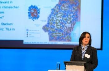 Erstmal als Rapporteurin dabei, absolvierte Zsuzsanna Bago-Horvath mit einem Überblick über tumorinfiltrierende Lymphozyten und Gensignaturen eine gelungene Premiere.