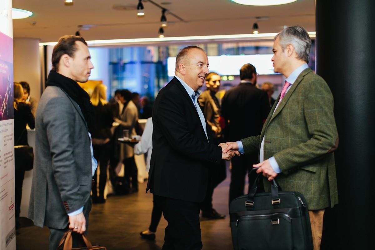Michael Gnant mit den beiden Diskutanten Florian Fitzal (links) und Christian Singer (rechts).