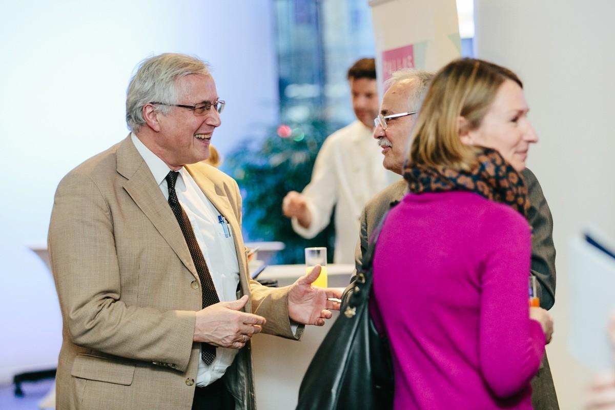 Obwohl schon in Pension, ist Georg Reiner (links) noch immer sehr an Neuigkeiten in der Brustkrebstherapie interessiert - hier im Gespräch mit Günther Steger.