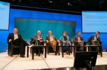 Blendende Stimmung am Podium: Michael Gnant, Günther Steger, Christian Singer, Annemarie Schratter-Sehn, Michael Fridrik, Florian Fitzal (v.l.n.r.).