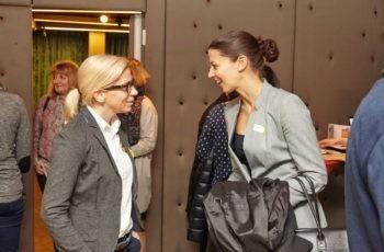 Gute Stimmung beim Empfang: Stephanie Strobl (links) und Gruppensprecherin Barbara Kiesewetter-Wiederkehr (rechts).