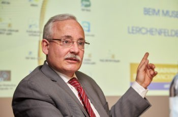 Vorsitzender Günther Steger möchte noch auf Details aufmerksam machen.