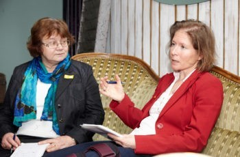 Gruppensprecherin Ruth Exner erklärt die chirurgische Herangehensweise, links Teresa Papala.