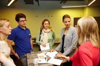 Vortragende Ursula Vogl (rechts im Bild) gesellt sich zur grünen Arbeitsgruppe.