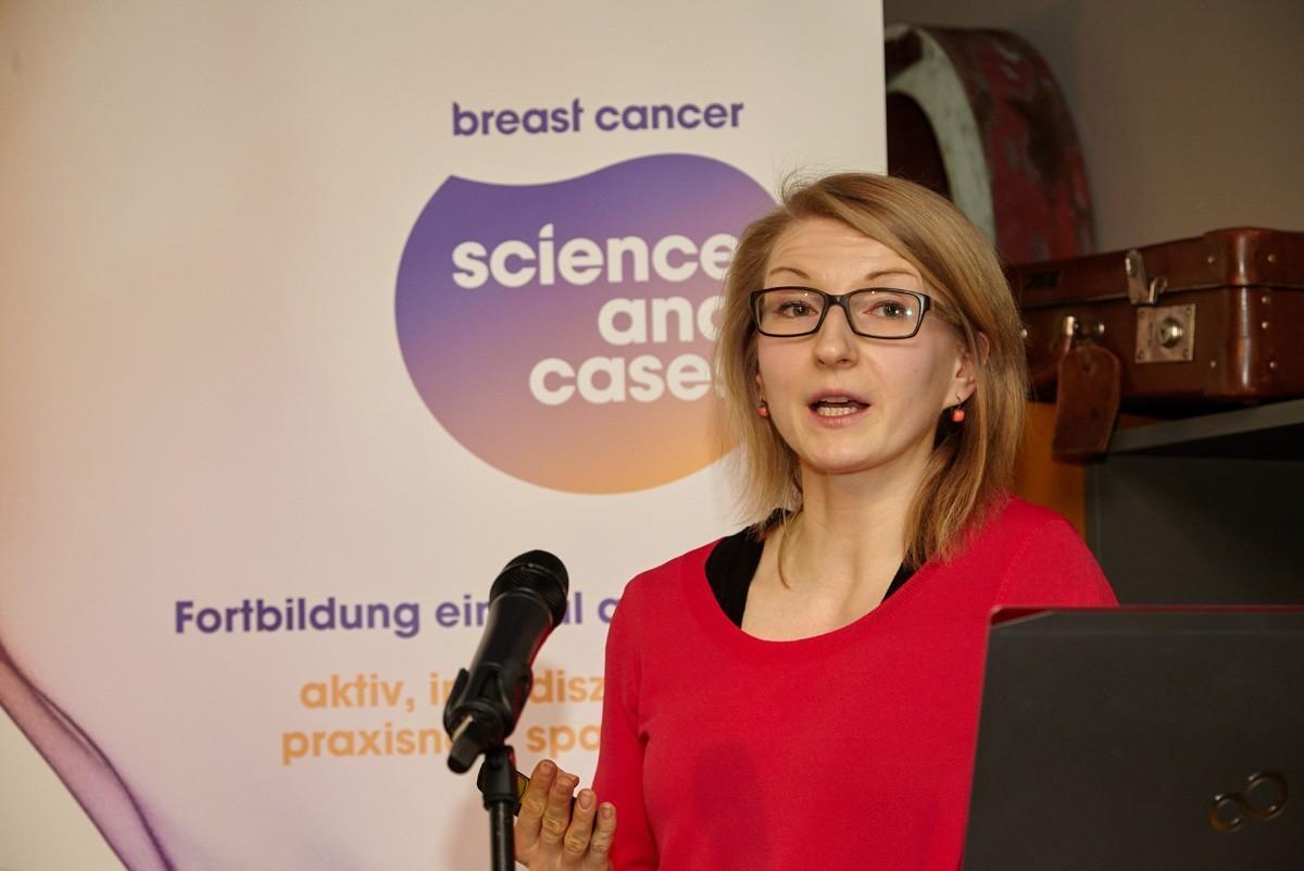 Ursula Vogl stellte eine Patientin mit metastasiertem Brustkrebs vor, die first line therapiert wurde.