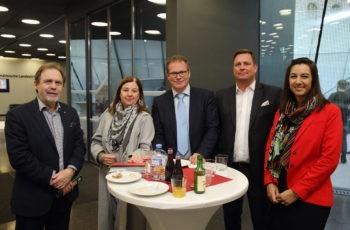 Panelist Ursula Pluschnig und Vorsitzender Wolfgang Eisteer (Mitte) im Kreis von Teilnehmern (links) und VertreterInnen der Sponsorfirma Shire.