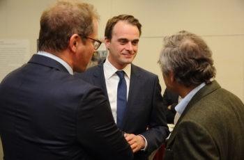 Vorsitzender Armin Gerger im Gespräch mit Wolfgang Eisterer (links) und dem Vortragenden Hans Rabl.