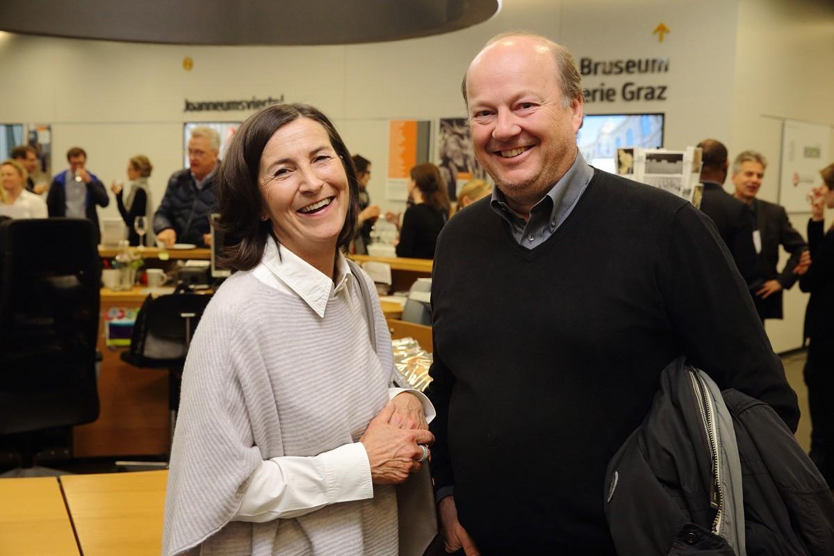 Petra Miklin von der Sponsorfirma Celgene mit Walter Herz.