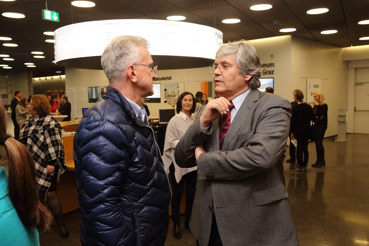 Vortragender Hans-Jörg Mischinger (rechts) im Gespräch mit einem Besucher.
