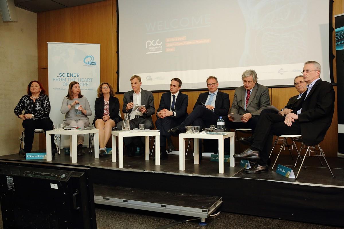 Abschließend versammelten sich alle Vortragenden gemeinsam mit dem Vorsitz zu einer Panel-Discussion, ..