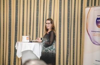 Hat gut lachen: Valeria Colleselli präsentiert die Therapieempfehlung der roten Gruppe.