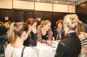 Theresa Czech (Mitte) unterstützt die gelbe Gruppe.