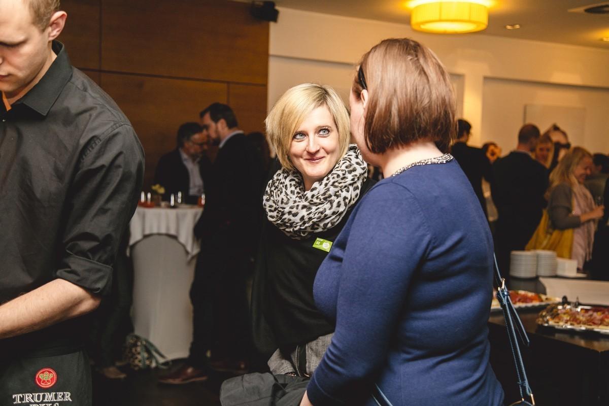 Schon beim Empfang sind alle gut drauf: Helene Schaffenrath, Gruppensprecherin der Grünen, im Gespräch mit Jessica Holly.