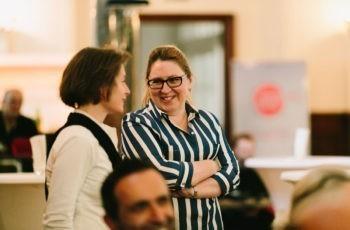 Yelena Devyatko (rechts) fachsimpelt mit Ruth Exner.