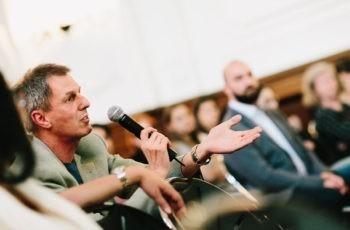 Das Publikum bringt sich mit guten Hinweisen und Einwänden in die Diskussionen ein: Albert Fortelny.