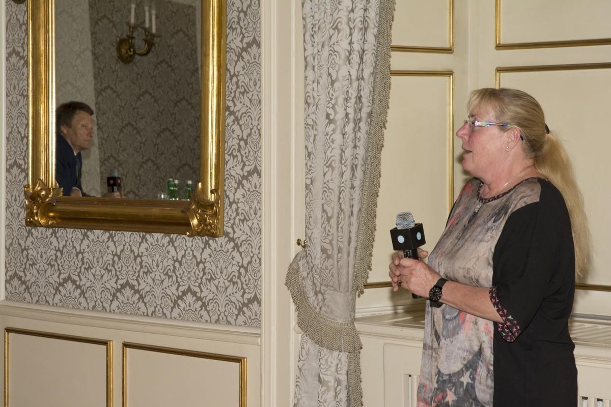 Eine Sprecherin präsentiert das Ergebnis.