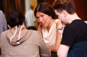 Marija Balic berät die letzte Arbeitsgruppe des Abends.
