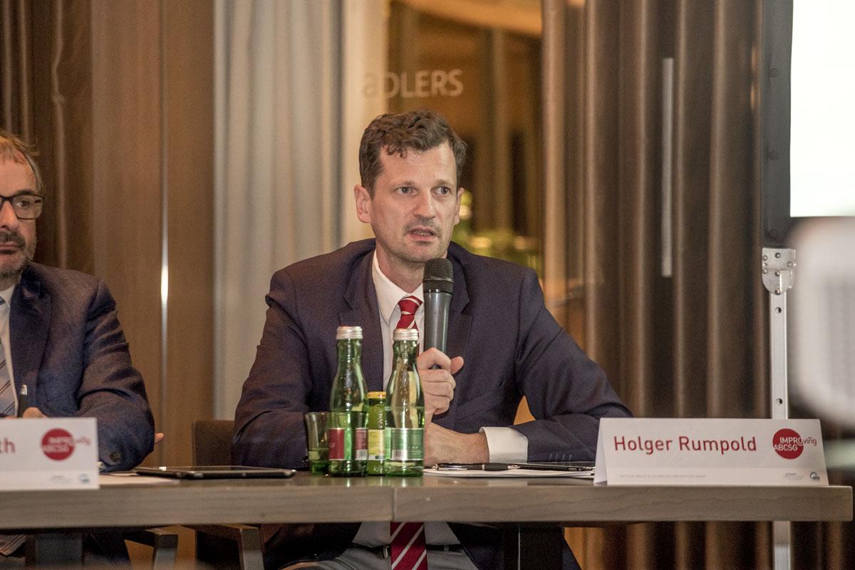 Holger Rumpold leitet die zweite Diskussion des Abends.