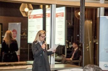 Christine Brunner präsentiert das letzte Gruppenergebnis des Abends.