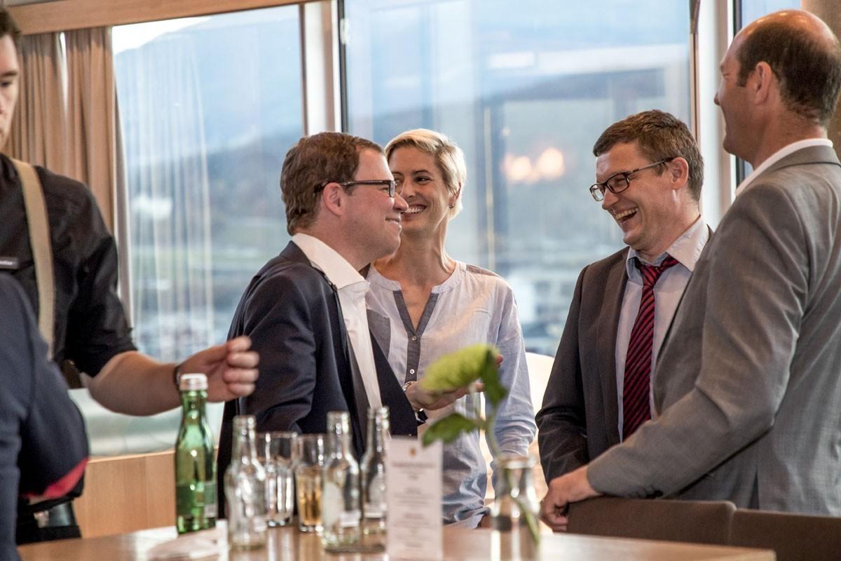Auch die Sponsoren freuen sich über das Wiedersehen: Rupert Bartsch begrüßt Nicole Zahradnicek, Thomas Weidhofer und Georg Brandl von der Firma Pfizer (v.l.n.r.).