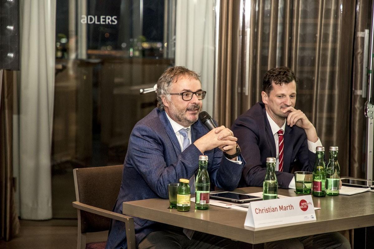 Christian Marth (links) eröffnet die Diskussion.
